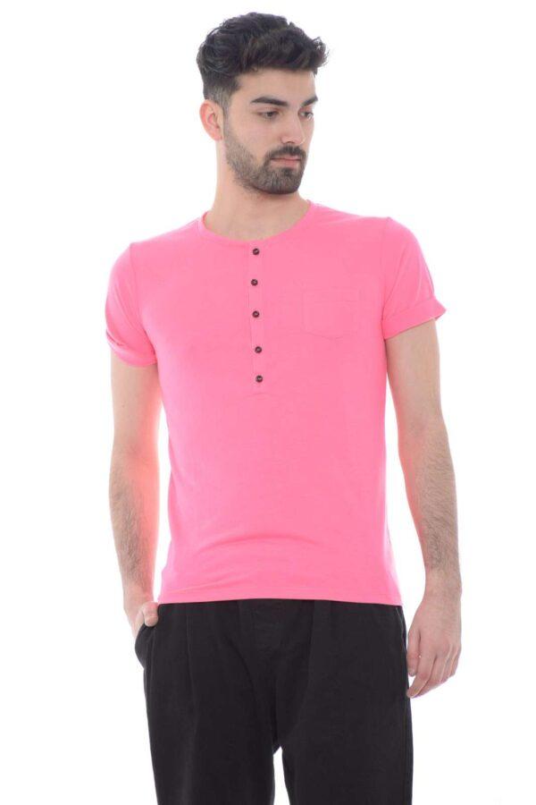 Una t shirt con collo serafino, quella proposta dalla collezione di Adriano Langella. Perfetta da indossare per le uscite con gli amici o a dei party per un look stravagante. Da abbinare ad un jeans o un bermuda è un essential.