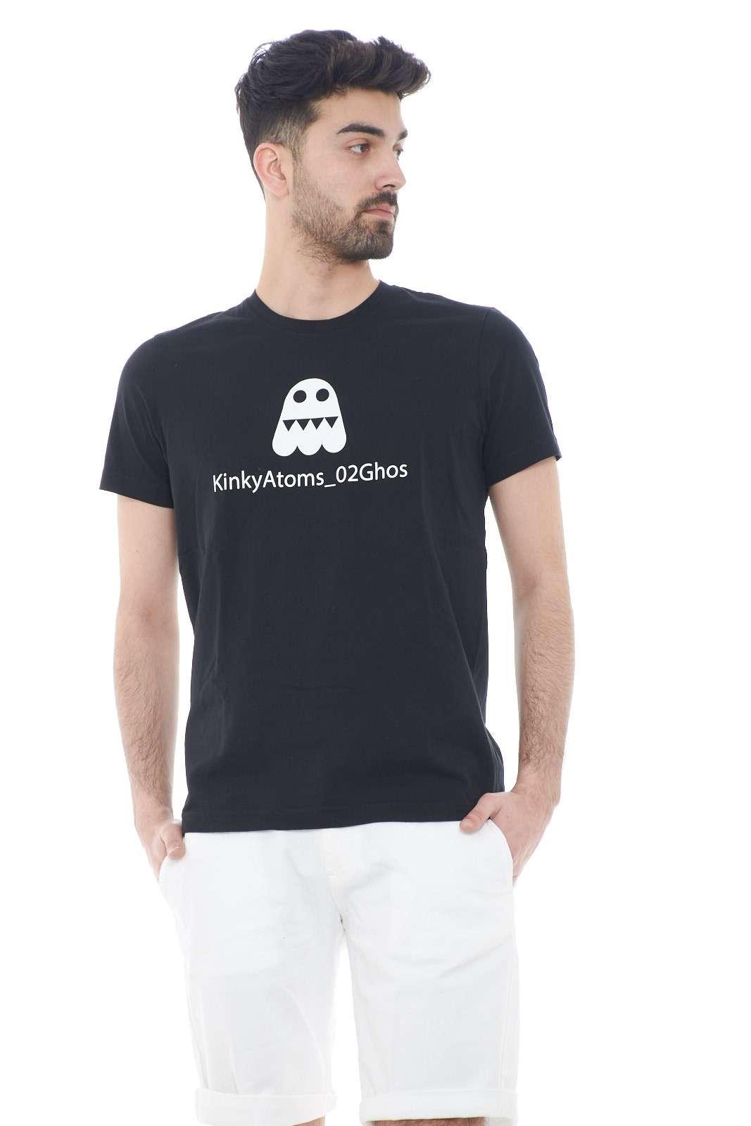 Una t shirt unica quella proposta dalla collezione di Alberto Aspesi. Da indossare nella routine quotidiana, grazie alla sua comodità. Da abbinare ad un jeans o un bermuda è un must have.