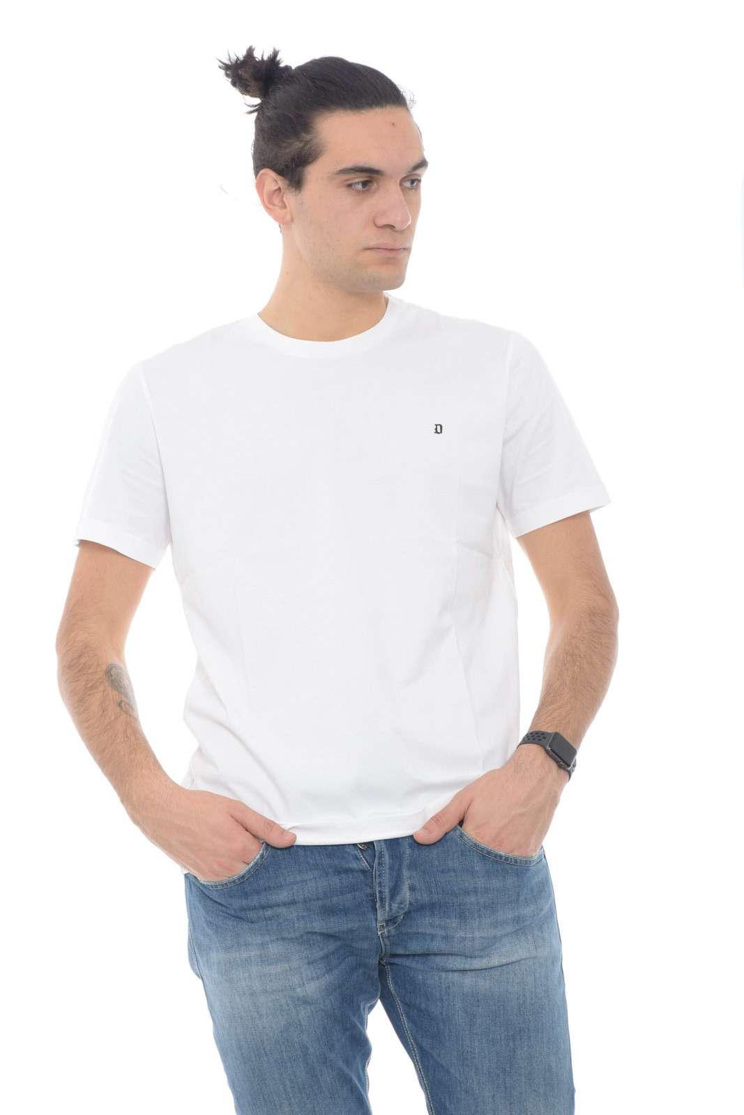 Basic e comoda la T shirt firmata dalla collection uomo Dondup mette d'accordo tutti i gusti. Un pregiato jersey tinta unita e dalla linea minimal fa da padrone su una vestibilità regular. Il piccolo logo al petto la rende raffinata e adatta ad ogni occasione.