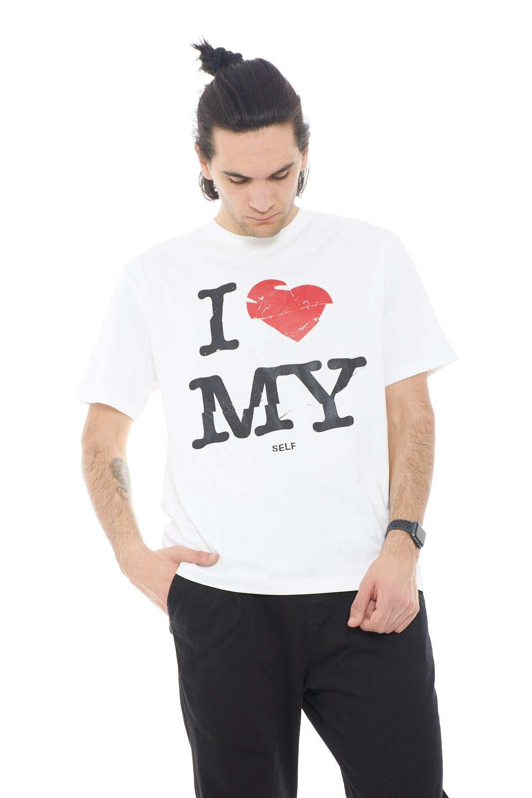 Una T shirt da uomo quella proposta da Hugo Boss. Una t shirt semplice e comoda, caratterizzata dalla stampa anteriore, per dare un tocco di colore alla t shirt.