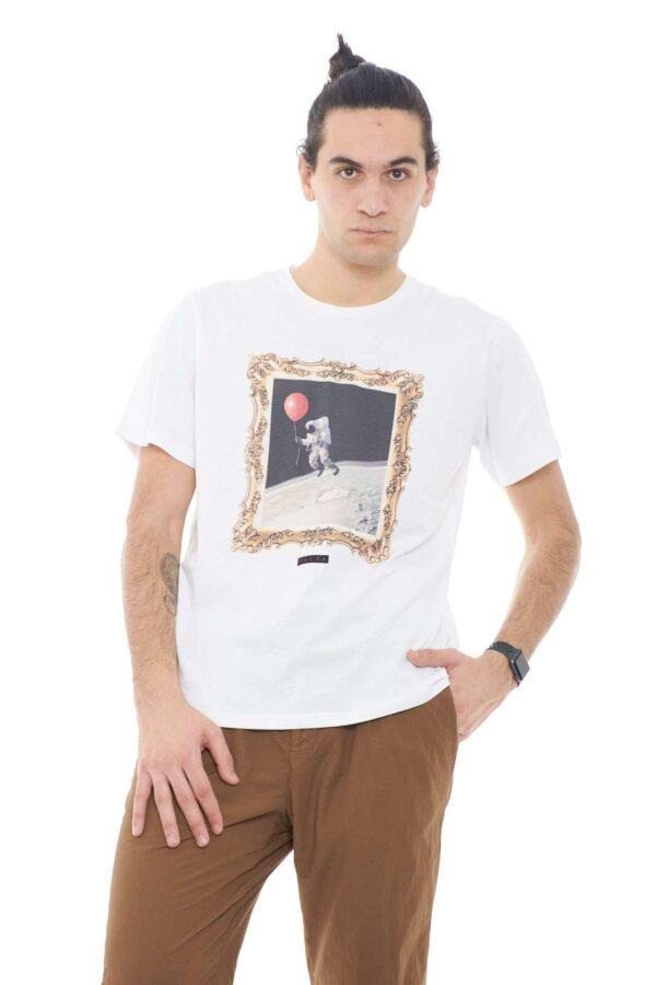 Scopri la nuova T shirt in jersey di cotone firmata dalla collection Malph.  La stampa astronauta dona quel tocco fashion da renderla perfetta con ogni outfit.  Un capo indispensabile per ogni stile.