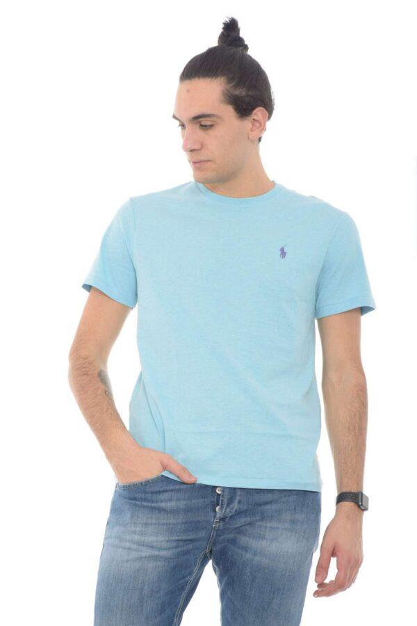 Glamour e versatile, la T shirt firmata dalla new collection uomo Polo Ralph Lauren conquista tutti gli stili.  Un tessuto in cotone dalla vestibilità custom slim perfetta sia con jeans che con bermuda.  Un capo senza tempo per la bella stagione.