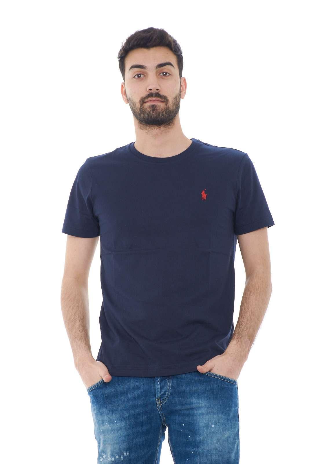Scopri l'iconica T shirt firmata dalla collezione uomo Polo Ralph Lauren e rendi indimentcabile anche il look più basic. Da indossare con un bermuda, un jeans o un pantalone da jogging si adatta sia agli outfit formali che informali. Un capo passe partout dalla vestibilità slim custom impeccabile.