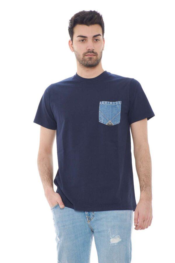Fresca e basic, la T shirt proposta dalla collection uomo primavera estate di Roy Roger's si fa spazio con la sua tasca esclusiva. Il dettaglio in denim con logo dona un tocco luxury per un effetto basic e chic. Facile e comoda è un evergreen.