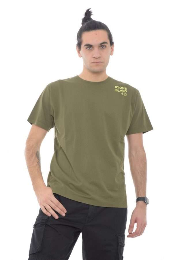 Scopri la nuovissima T shirt proposta dalla collezione uomo Stone Island.  Un capo basic dalle nuance iconiche e perfetto da indossare con ogni look.  La vestibilità definisce la silhouette garantendo comodità e raffinatezza.
