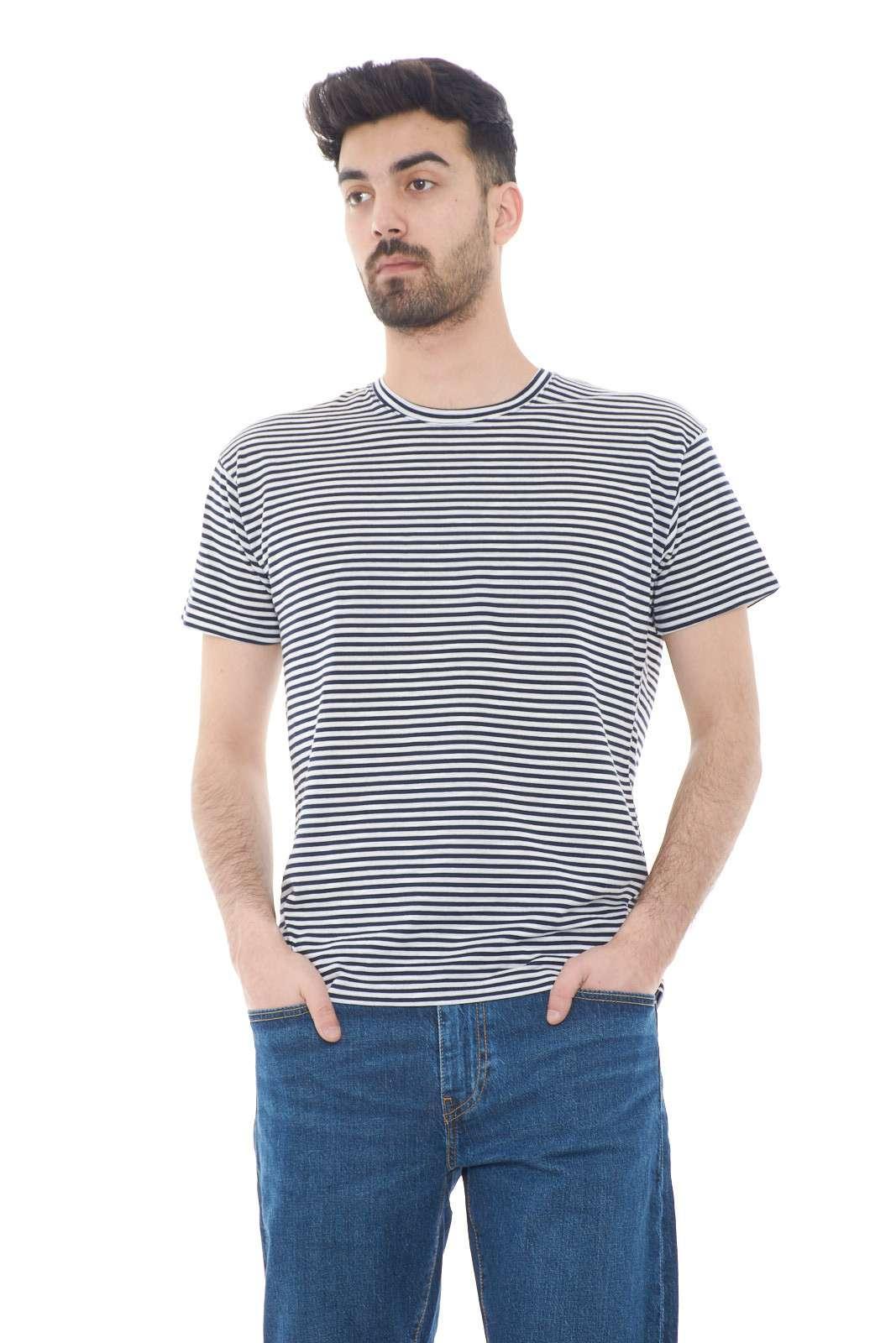 Una t shirt a fantasia rigata quella firmata Vandom. Da indossare in ogni occasione per la sua leggerezza e comodità. Da abbinare ad un bermuda, un jeans o un pantalone è un must have.