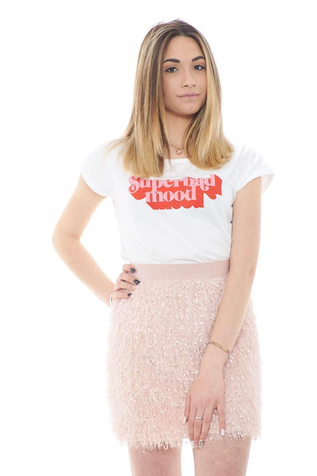 Una T shirt basic per i look più quotidiani quella proposta dalla collection Dixie. Il jersey di cotone dalla linea minimal è caratterizzato dalla colorata stampa sul davanti per renderla pratica e veloce. Un essential.