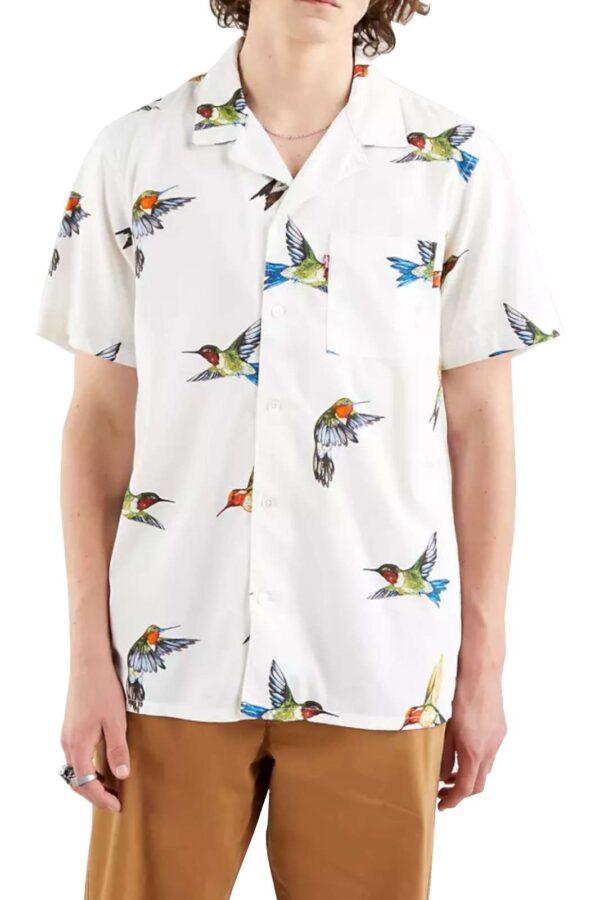 Scopri la nuova iconica camicia Cubano proposta dalla collection uomo primavera estate di Levi's. Da abbinare con i look più glamour, completa lo street style sia con un bermuda che con un jeans. La vestibilità morbida la rende perfetta per le calde giornate estive, il tutto esaltato con l'esclusiva fantasia uccelli.