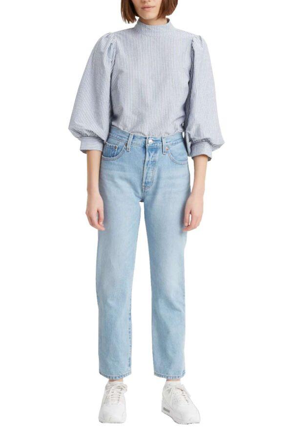 Un grande classico il jeans donna 501 proposto dalla collezione Levi's. La vestibilità slim e la vita alta lo rendono unico e affascinante per i look più casual. Con una sneaker o con un sandalo, hanno fatto la storia del brand.