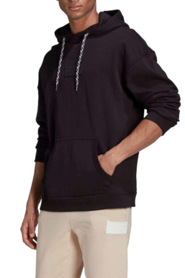 Una felpa iconica e originale quella proposta dalla collezione Adidas. Caratterizzata da un logo in silicone sul petto che la impreziosisce, per dare un look raffinato e accattivante. Da abbinare a un jeans o un pantalone sportivo è un must have.