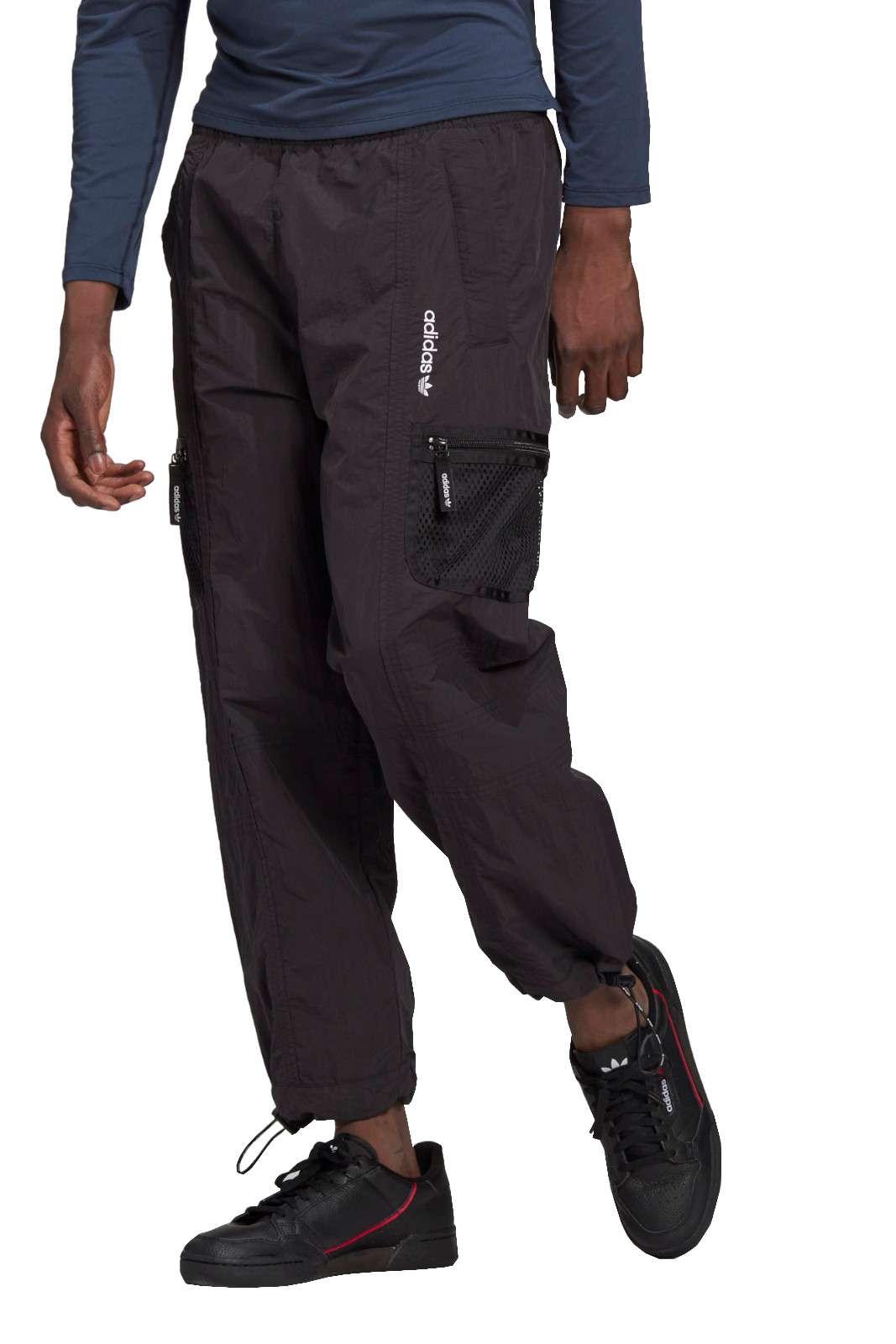 Un pantalone cargo da uomo quello proposto dalla new collection Adidas. Caratterizzato dalle tasche cargo che lo rendono pratico e confortevole. Da abbinare ad una t shirt e una sneaker è il massimo.