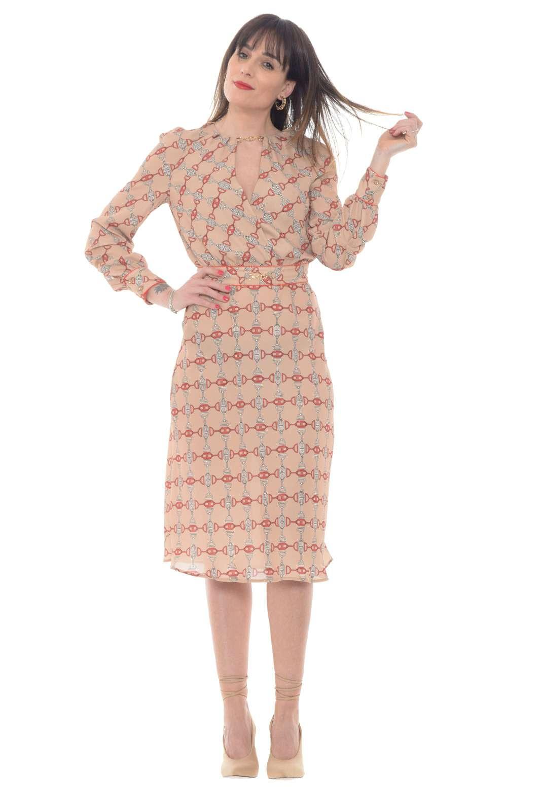 Un abito raffinato e fashion per la collezione donna Elisabetta Franchi. La lunghezza midi dona una raffinatezza e femminilità senza pari, il tutto rifinito con una fantasia moschettoni e piping in contrasto. Perfetto per le occasioni più fashion, è un must have della bella stagione.