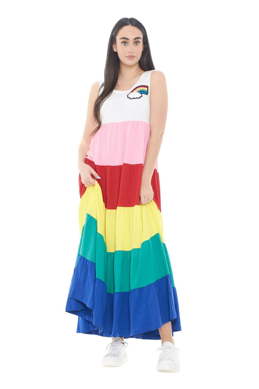 Sbarazzino e affascinante, il nuovo abito proposto dalla collezione donna Love Moschino si impone con la sua fantasia colorblock. Caratterizzato dal tessuto perfetto per il giorno, si impone con la sua gonna ampia e la lunghezza alla caviglia. Colorato e glamour è una soluzione per ogni outfit.