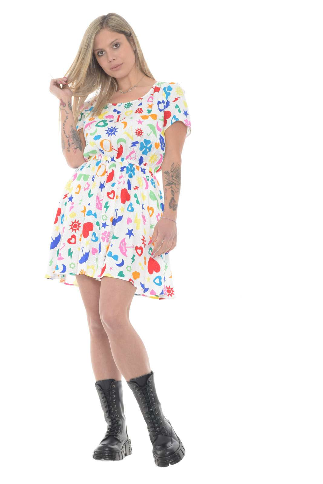 Un capo delicato e femminile l'abito firmato dalla collezione donna Love Moschino. La fantasia parlata lo rende un capo ricercato e perfetto sia per look quotidiani che formali. Un ottimo passe partout per i tuoi outfit.