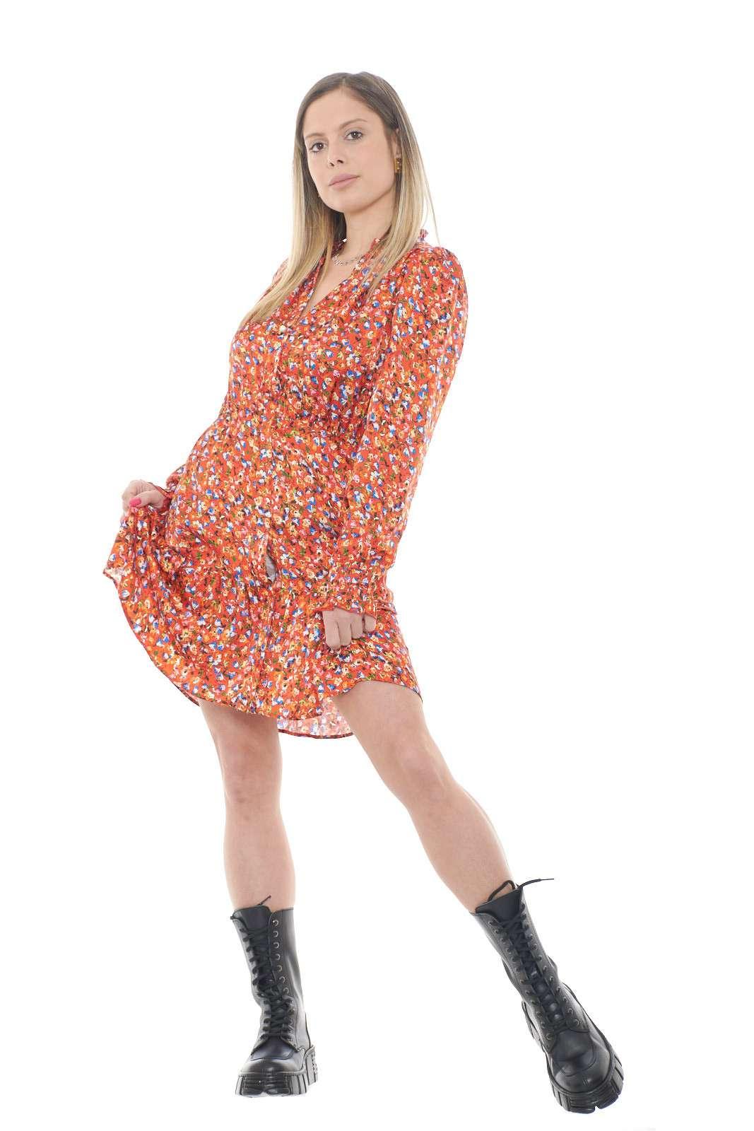 Femminile e pratico il nuovo abito NOMADE proposto dalla collezione donna spring summer di Pinko. Il modello camicier si impone per un look versatile e ideato sia per occasioni formali che più quotidiane. Con uno stivale alto o con una sneaker è una soluzione anche per la donna più esigente.