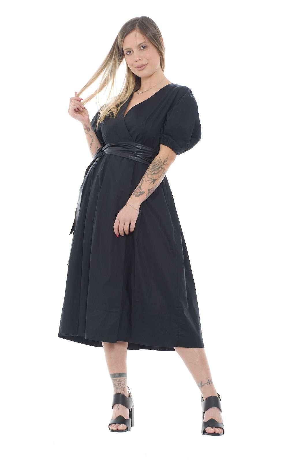 Scopri il nuovo abito a vestaglia firmato dalla new collection donna Twinset. L'apertura a vestaglia con chiusura doppiopetto è rifinita dalla fusciacca in pelle ecologica. Un capo essenziale e dallo stile minimal realizzato per ogni look.