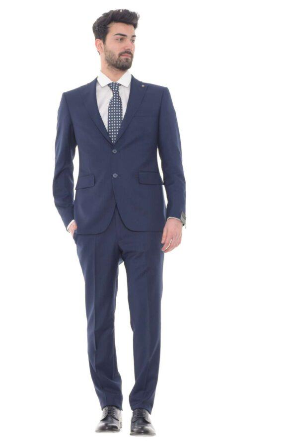 Un abito pensato per gli stili più glamour quello firmato dalla collection uomo Tagliatore. Con una camicia elegante e una scarpa in vernice completa un look formale ma di impatto. Un essential per le occasioni più formali.