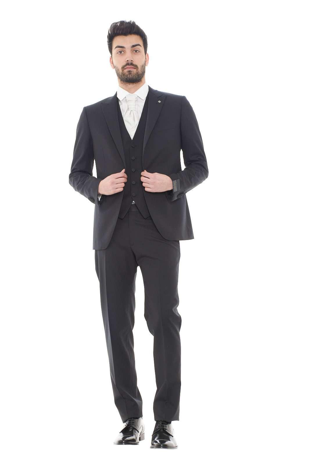 Un abito unico lo smoking firmato dalla collezione uomo Tagliatore. La giacca con un bottone e spacco fa da cornice al panciotto per un look di massima eleganza. Con una scarpa sia lucida che liscia è un capolavoro dei look da cerimonia.