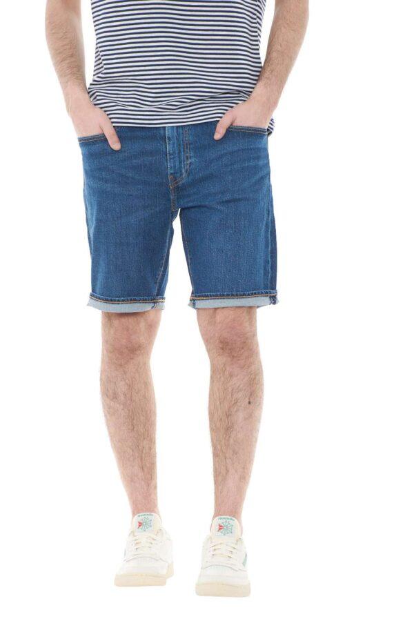 Scopri il nuovo bermuda firmato dalla collection Levi's e il suo stile casual per eccellenza. Un lavaggio medio scuro per i look più disparati, permette di vestire con lusso le calde giornate estive. Da indossare con T shirt o camice è una capo essenziale per il guardaroba di ogni uomo