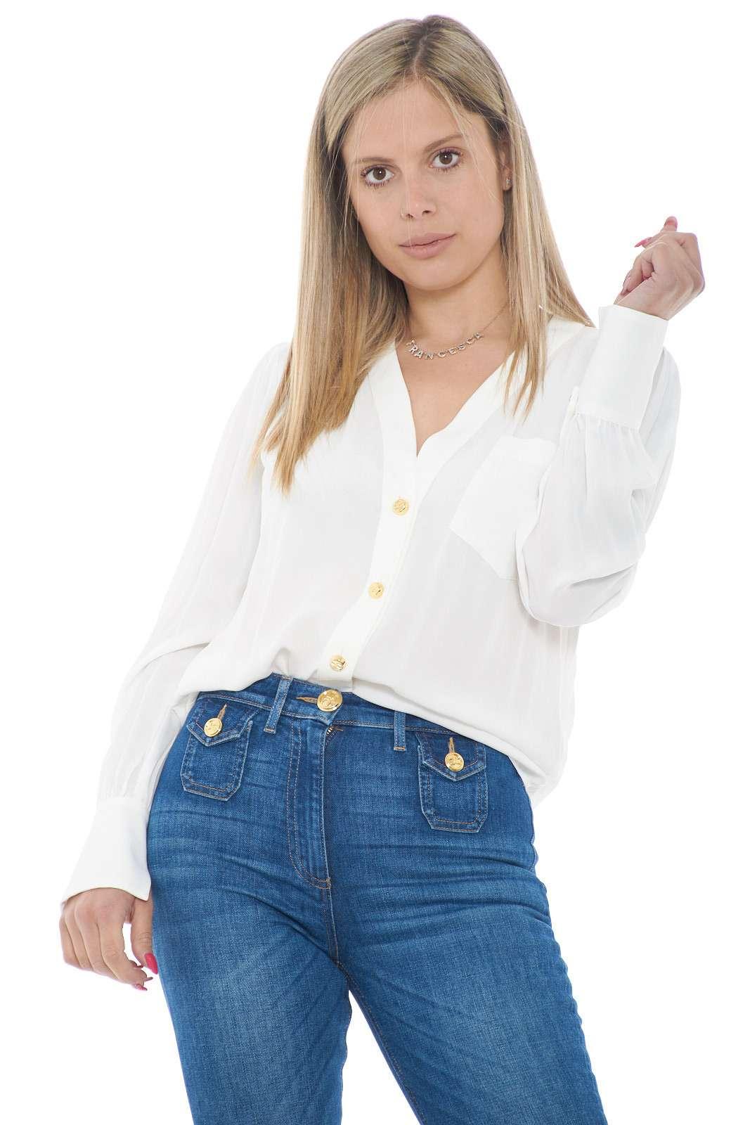Un capo senza tempo, la camicia proposta dalla collezione donna Elisabetta Franchi conquista sia look classici che audaci. Il tessuto in viscosa crepe si impone sulla figura per scorrere liscio e diventare affascinante. Perfetto sia con pantaloni che jeans è un capo passe partout.