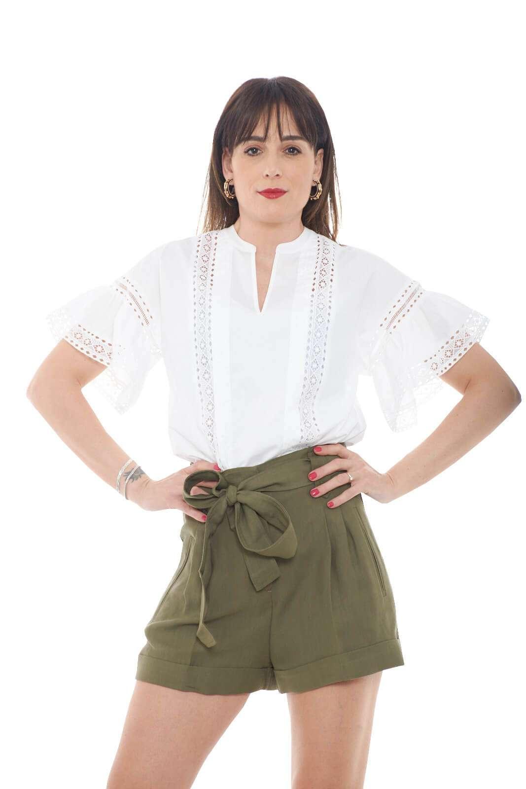 Una blusa in cotone perfetta per le calde giornate estive la nuova proposta della maison Twinset Milano. Da indossare sia con pantaloni eleganti che jeans, trova il suo tocco più glamour con gonne o pantaloni corti. Versatile e fashion conquista con i suoi dettagli in pizzo ad effetto trasparenza.