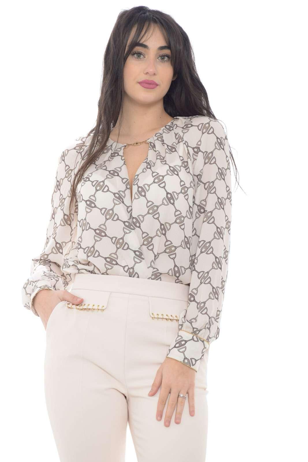 Elegante e glamour, la camicia body proposta dalla collezione donna Elisabetta Franchi si identifica con il suo stile raffinato. Lo scollo incrociato sul davanti è reso importante dall'inserto morsetto con il lgo del brand. Un must have della bella stagione.