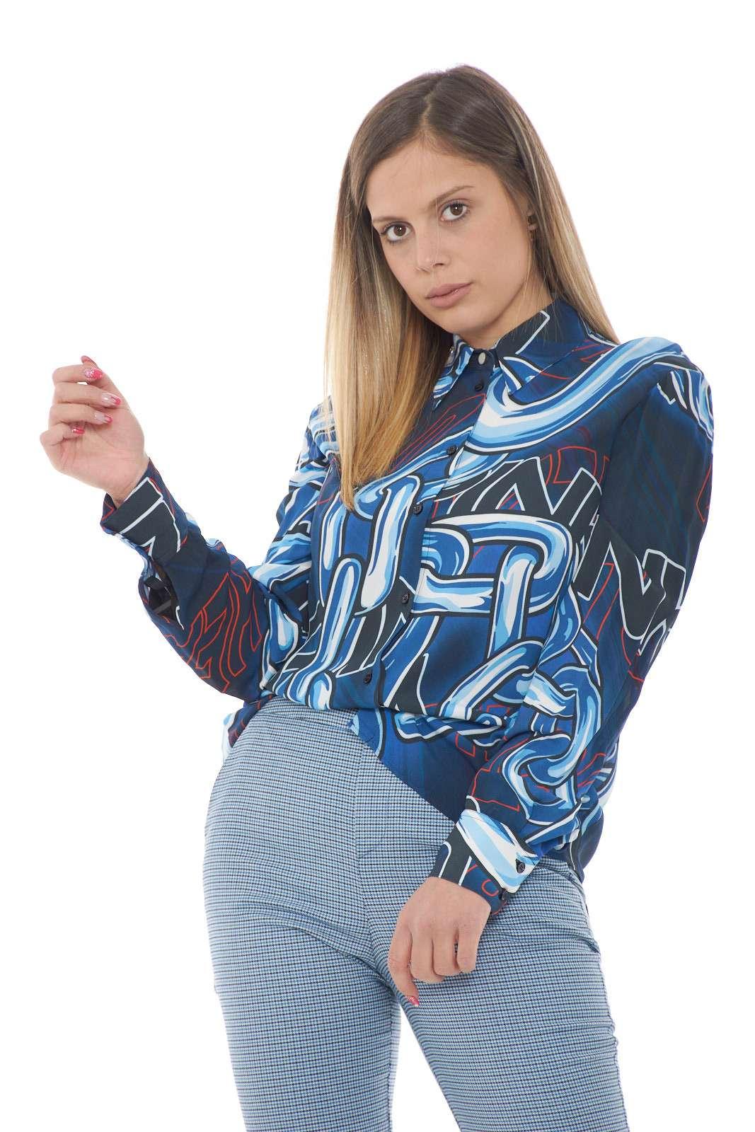 Una camicia donna ad effetto trasparente quella proposta da nuova collezione Pinko. Caratterizzata dalla fantasia a catene che da un tocco vivace e stiloso al capo. Da abbinare a un pantalone sarà un outfit fantastico.