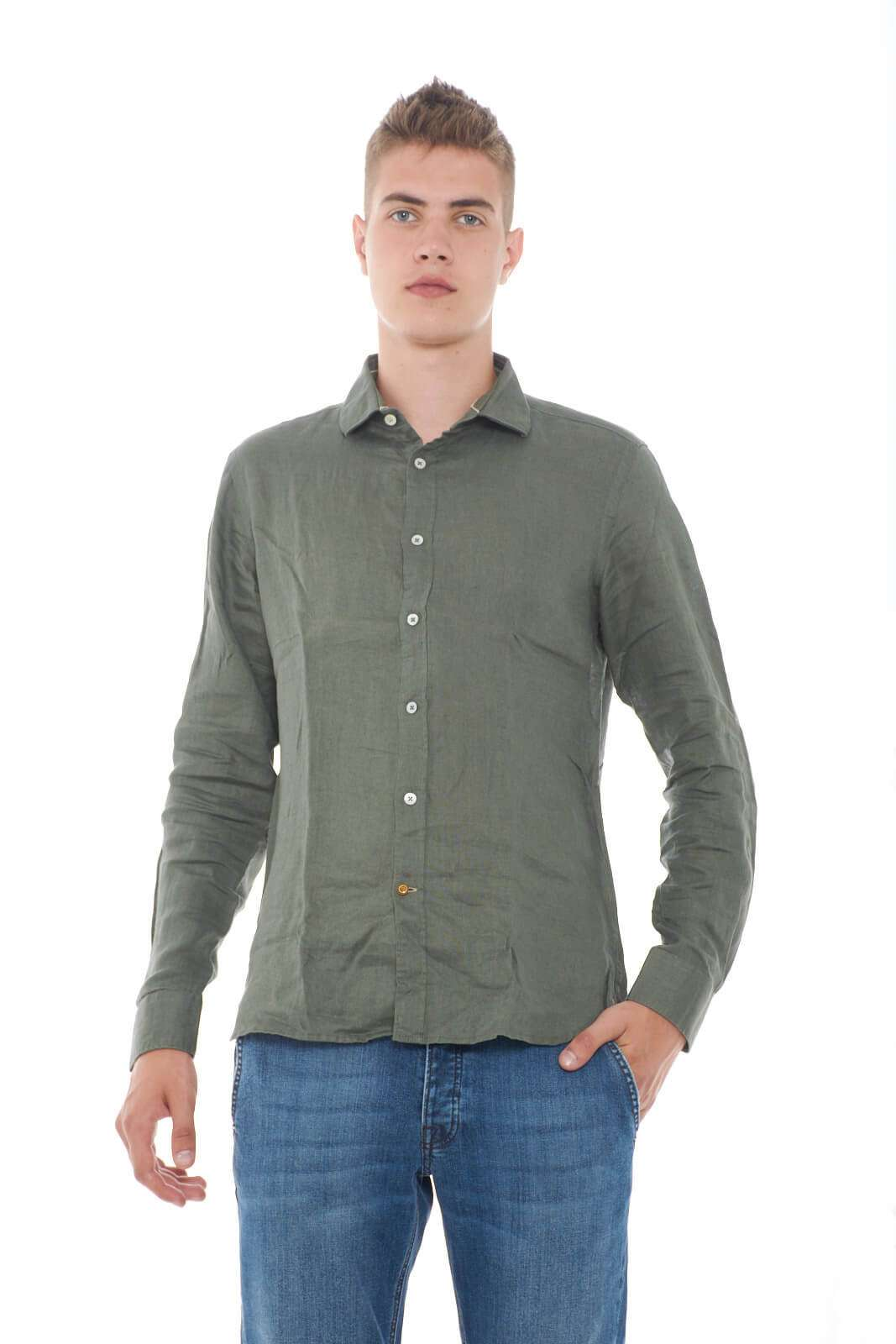 Una camicia casual e informale, firmata Alley Docks. L'ideale per look fashion e moderni, non troppo impegnativi, ma comunque impeccabili. Per l'uomo che ama i compromessi.