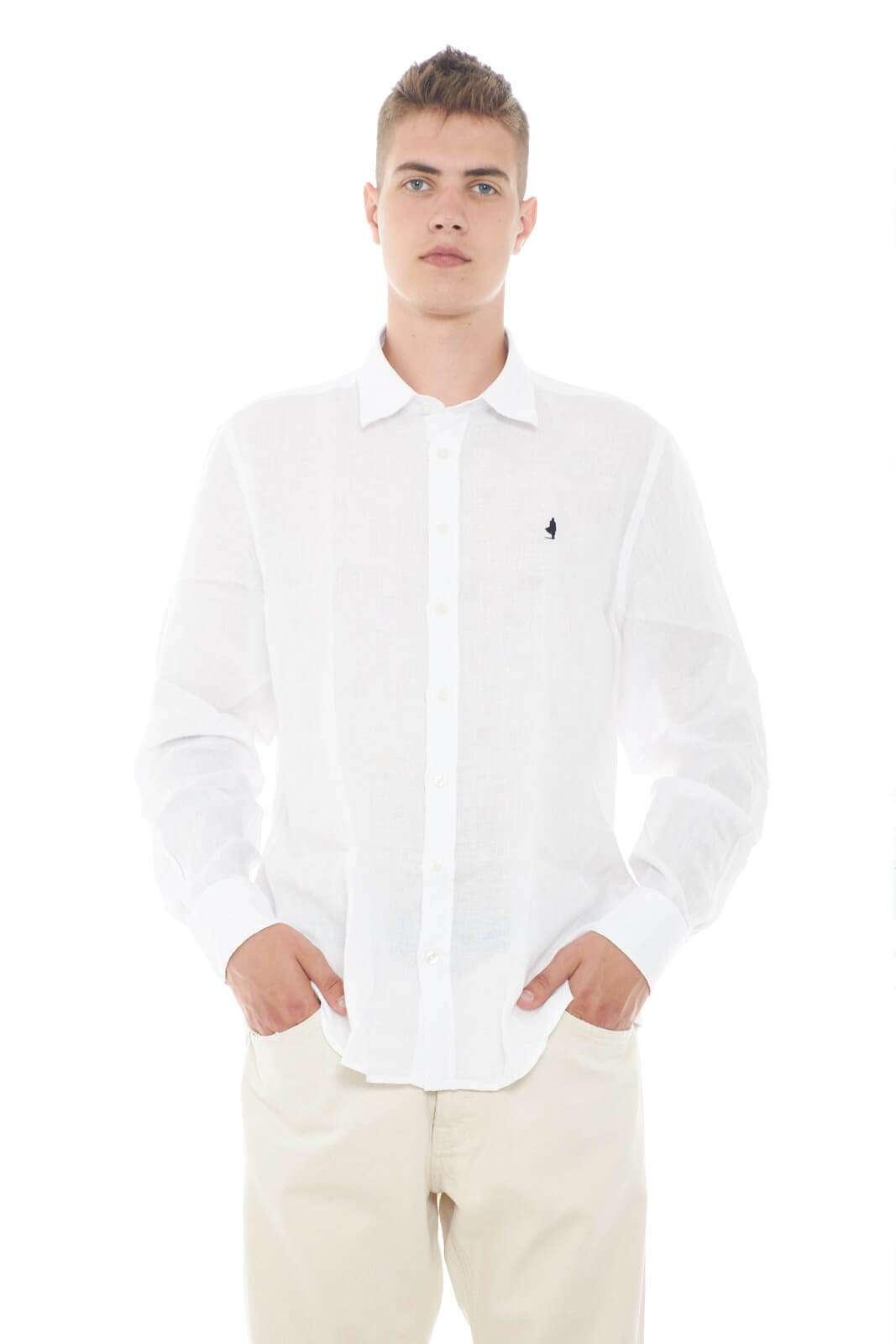 Una camicia casual e versatile, perfetta per l'uomo che ama look estivi eleganti e raffinati. Da indossare con jeans o pantaloni, insieme ad un mocassino, o una scarpa da barca, per un total look impeccabile.