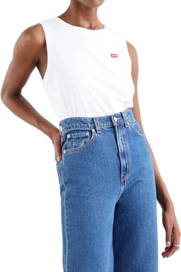 Lasciati conquistare dalla nuova canotta proposta dalla collezione donna Levi's. Da abbinare con ogni look si impone con i look più basic o da abbinare come sottogiacca. Perfetta con una gonna in denim e con un jeans è fresca e versatile.