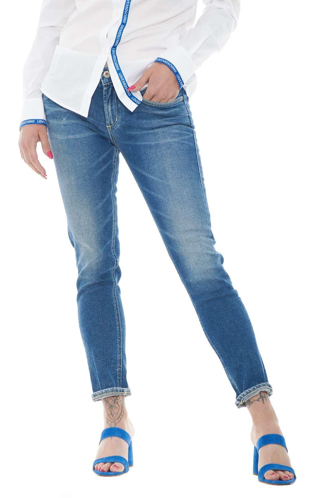 Un jeans skinny fit, per la donna che ama mettere in risalto forme e silhouette. L'ideale per outfit moderni e trendy, con abbinamenti all'avanguardia e adatti ad ogni evenienza, dal lavoro, al tempo libero. Un passepartout di stili.