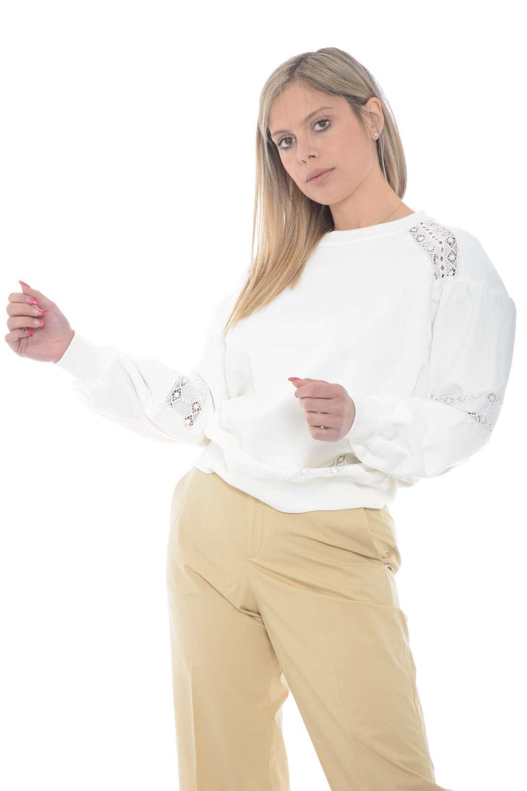 Un capo indossabile sia con outfit sportivi che più impegnati quella firmat dalla collezione donna Twinset Milano. Gli inserti in pizzo la rendono confortevole ed elegante. Con un jeans o con una pantalone della tuta trova il suo look migliore.