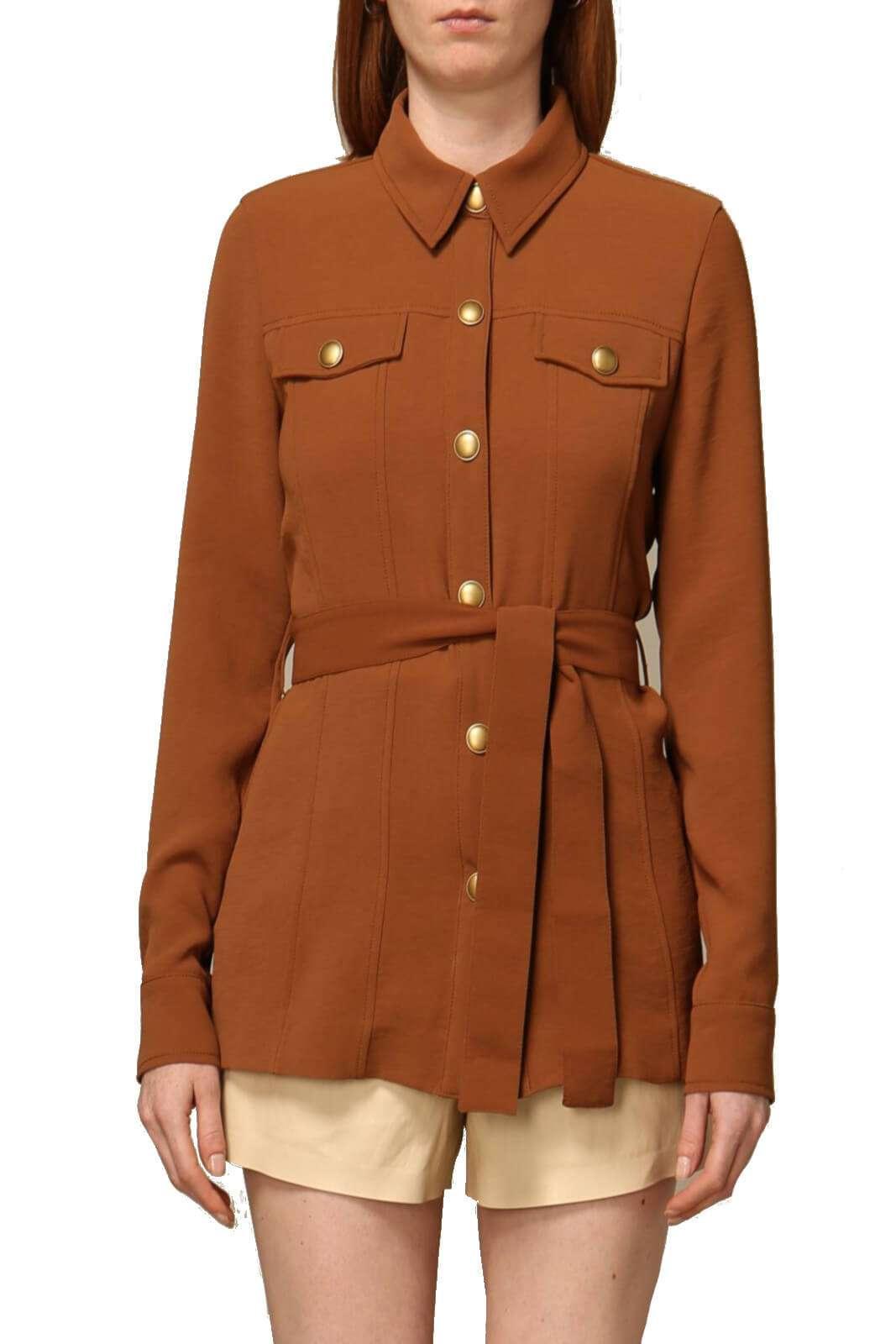 Elegante e rivoluzionaria la giacca dal modello camicia proposta dalla collection Pinko. Il tessuto stretch tinta unita si unisce allo stile metropolitano tanto in voga per un risultato comfort chic. Con un pantalone o con un jeans esalta ogni look.