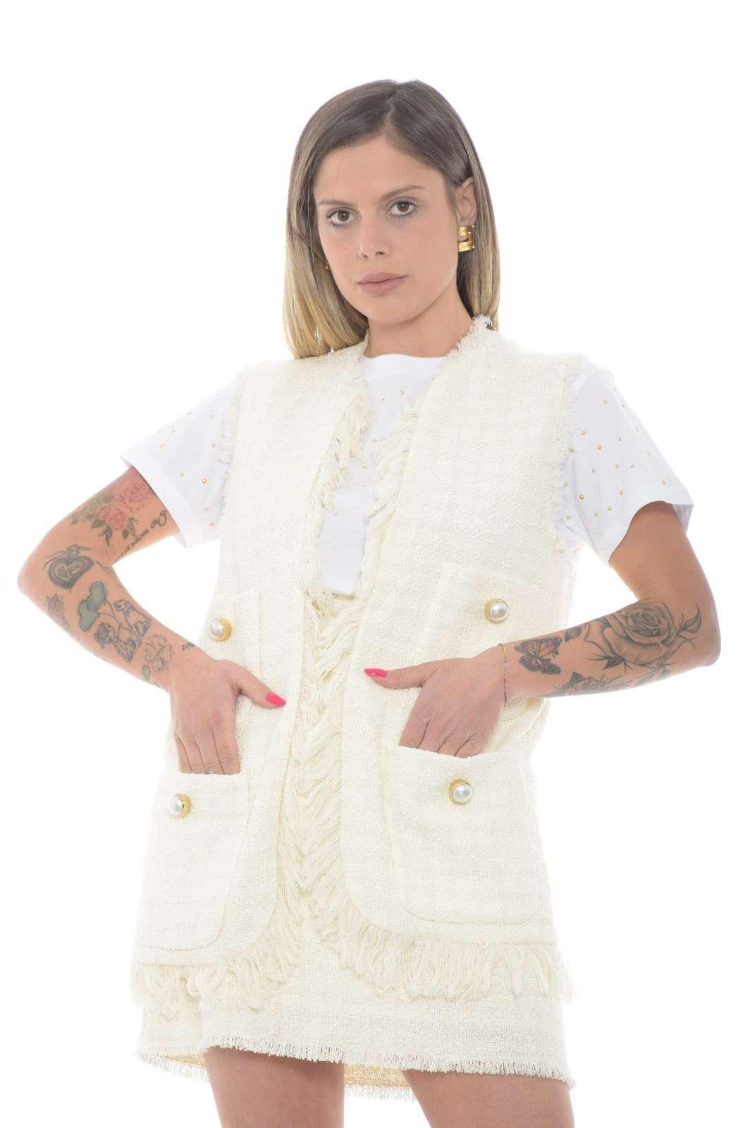 Lasciati affascinare dal nuovo gilet in tweed CRUDO proposto dalla collezione donna Pinko. Delicato e versatile è perfetto sia per creare un effetto tailler che da indossare con un jeans per ottenere un tocco glamour. Caratterizzato da tasche e bottoni grandi, grazie al tocco sfrangiato assume un risultato casual.