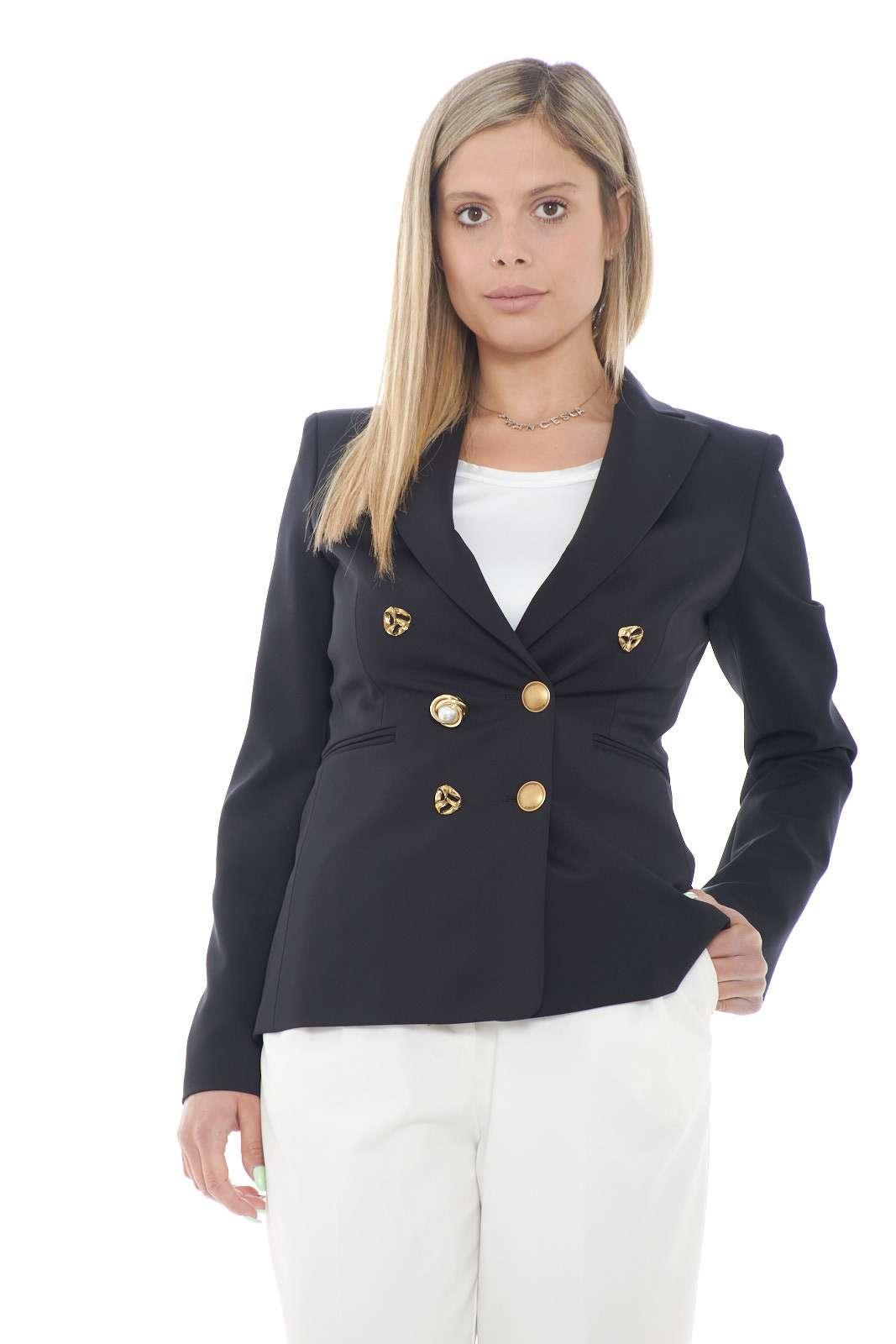 Elegantissima e affascinante la giacca Alexia 1 firmata dalla collezione primavera estate di Pinko. Una vestibilità slim caratterizzata dall'importante chiusura doppiopetto con bottoni gioiello. Dedicata ai look più importanti è essenza di stile.