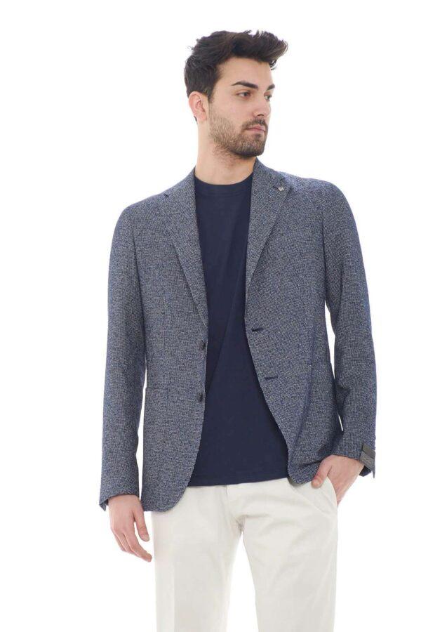 Elegante con uno stile casual la giacca proposta dalla new collection uomo Tagliatore. Da indossare con un pantalone chino o più semplicemente con un jeans si adatta ad ogni look. Un capo raffinato e pensato per i look più formali.