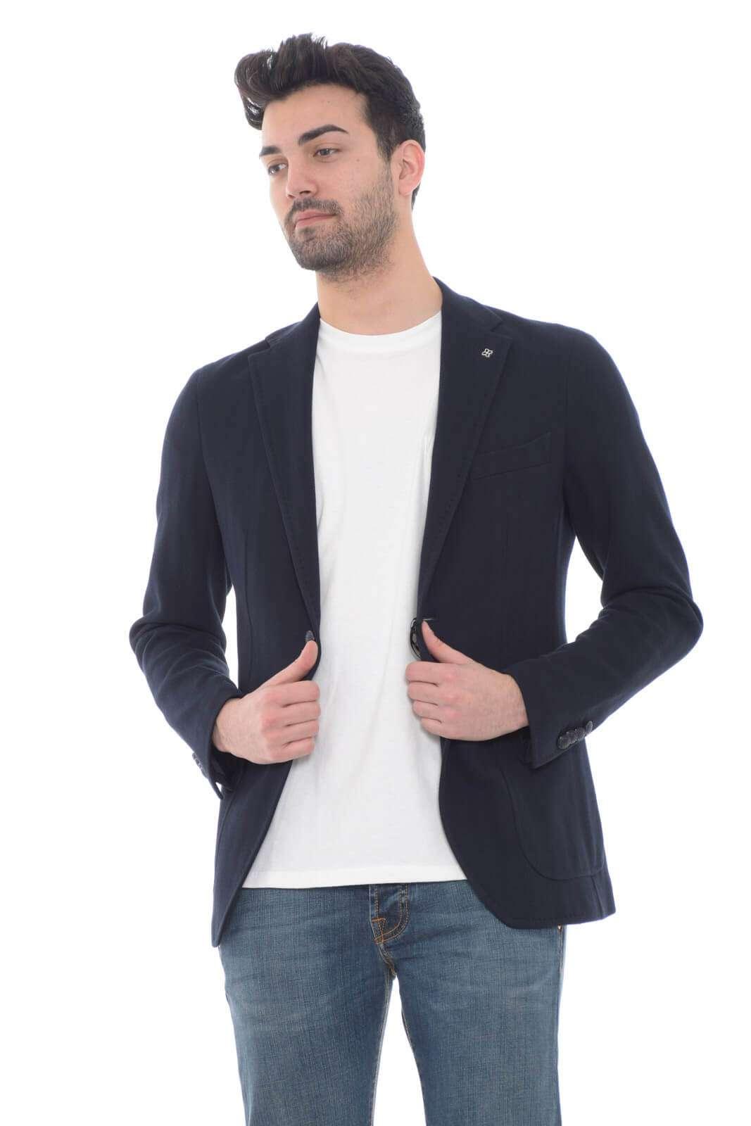 Lasciati affascinare dalla giacca proposta dalla collezione uomo Tagliatore e il suo gusto chic. La fantasia tinta unita è resa importante dalla lavorazione spinata per un look formale e ricercato. Da indossare con un pantalone o con un jeans è un essential della moda uomo.