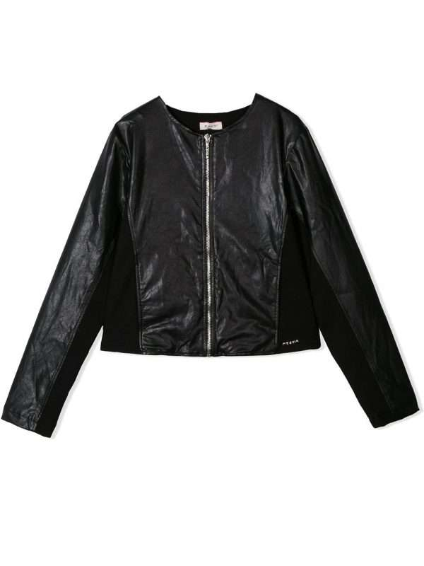 Una giacca in ecopelle versatile e raffinata, firmata Pinko. L'ideale per la primavera in arrivo, dove la tua bambina potrà indossarlo sopra a t shirt, maglie e blusine, per un total look sempre impeccabile. Un must-have per grandi e piccoli firmato Pinko.