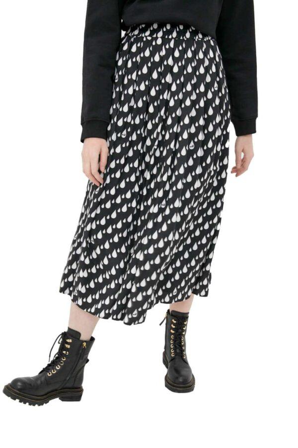 Una longuette affascinante e dallo stile inconfondibile la proposta della collection donna Love Moschino. La fantasia gocce viene ispirata da un look casual chic grazie alla vestibilità morbida con pieghe. Da indossare con un anfibio o con un sandalo, si adatta ad ogni look.