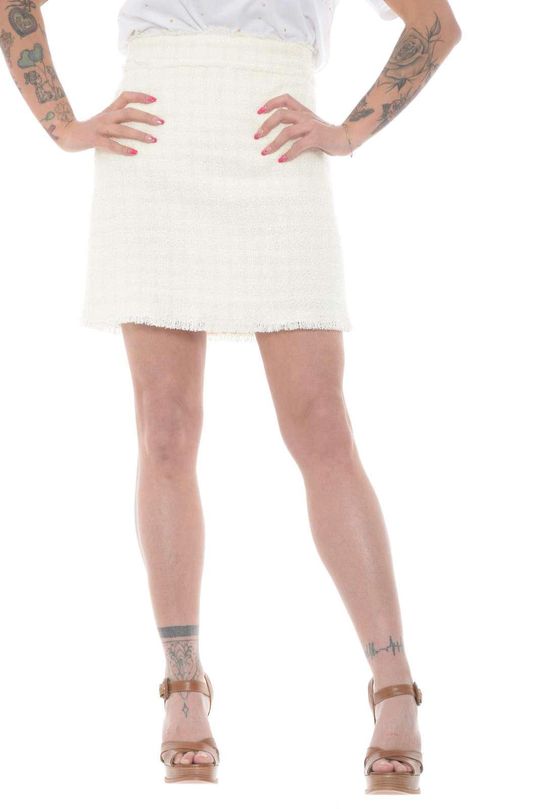 Un capo evergreen la gonna in Tweed LIRICO proposta dalla new collection donna Pinko. Il colore tinta unita è rifinito con dettagli sfrangiati per donare movimento ad un capo elegante e bon ton. Perfetto con bluse o top è un'icona della bella stagione.