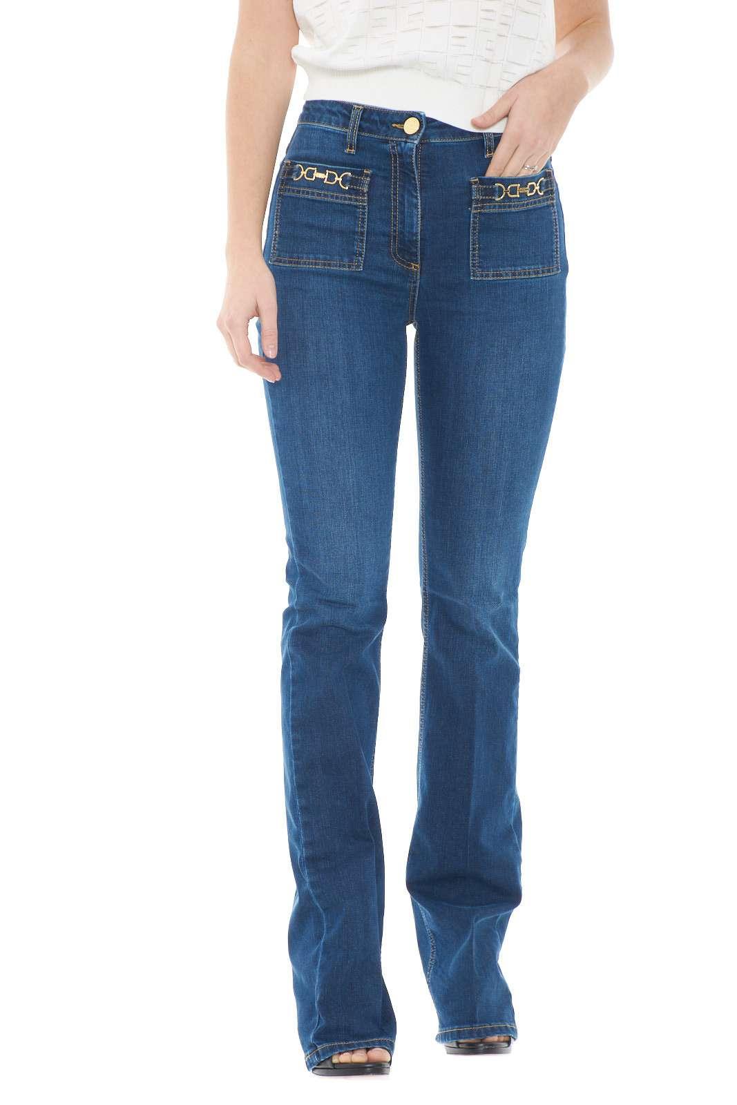 Un'icona senza tempo il jeans firmato dalla collezione donna Elisabetta Franchi. I dettagli oro light lo definiscono e rendono particolare il lavaggio pulito. Il modello bootcut lo rende ideale per donare un tocco formale ad una capo senza tempo.