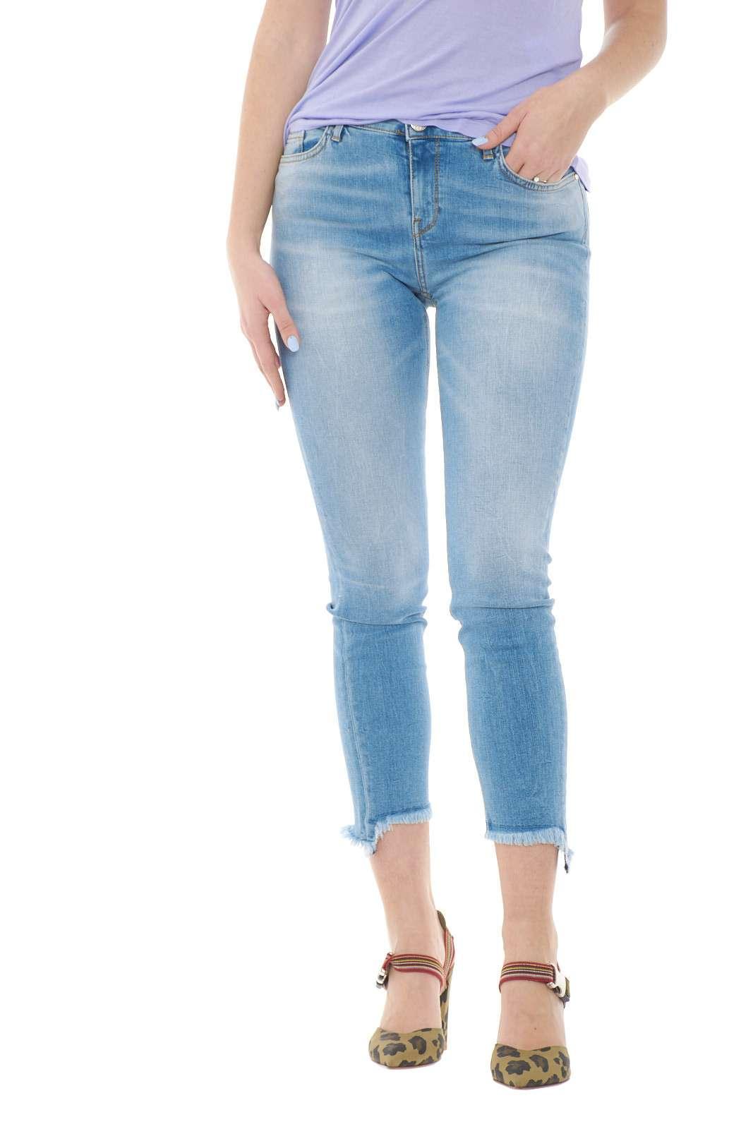Iconico il jeans Sabrina 29 proposto per la collection firmata Pinko. Un lavaggio medio chiaro su modello skinny impreziosito dal fondo sfrangiato e dal gusto contemporaneo. Da abbinare con tacchi alti o con sneakers si conferma un must have per ogni outfit.