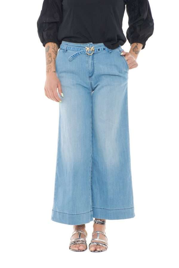 Comodo e glamour, il nuovo jeans Peggy 4 firmato dalla collezione donna Pinko, unisce tutti i gusti. Perfetto sia per la donna sportiva che per la donna più formale sia adatta sia a blazer che a T shirt, un vero must have da indossare con ogni look. Il tessuto stretch dal lavaggio pulito e liscio li rende versatili, mentre il taglio crop dona quel tocco contemporaneo a questo pantalone a palazzo per eccellenza.