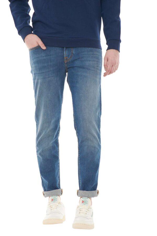 Un jeans icona di stile per il guardaroba maschile: il Roy Roger's WEARED 10. Perfetto per outfit alla moda, semplici e curati, dove potrai sfoggiare abbinamenti evergreen sempre di attualità.