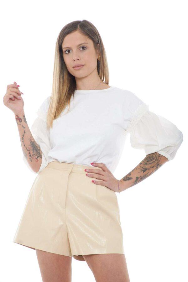 Semplice e delicata, la T shirt donna RIPETITIVO proposta dalla new collection Pinko conquista anche i gusti più raffinati. La semplicità è messa in risalto dalle maniche a sbuffo in contrasto di tessuto per rendere unica la tinta unita. Da abbinare con ogni look è un essential.