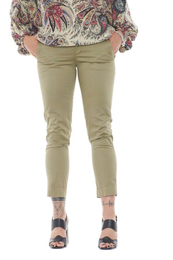 Un pantalone sobrio, classico e impeccabile, il modello ROCIO di Dondup, per la donna che ama vestire capi sempre curati ed esclusivi. Ideale da sfoggiare per l'ufficio, o le uscite mondane.