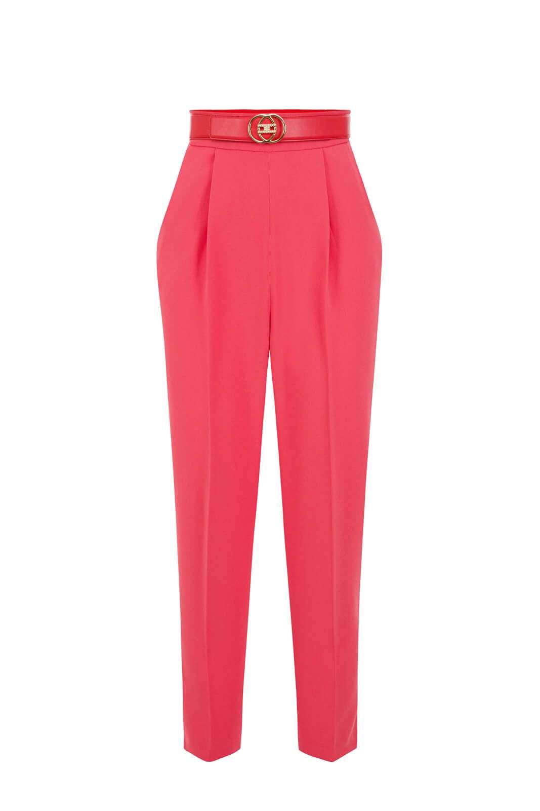 Elegante e dalla femminilità indiscussa il pantalone proposto per la collezione donna Elisabetta Franchi. Da abbinare con un body o con una camicia slim, è ideale per look sofisticati e ricercati. Con un tacco alto impreziosisce la vestibilità per un effetto unico.