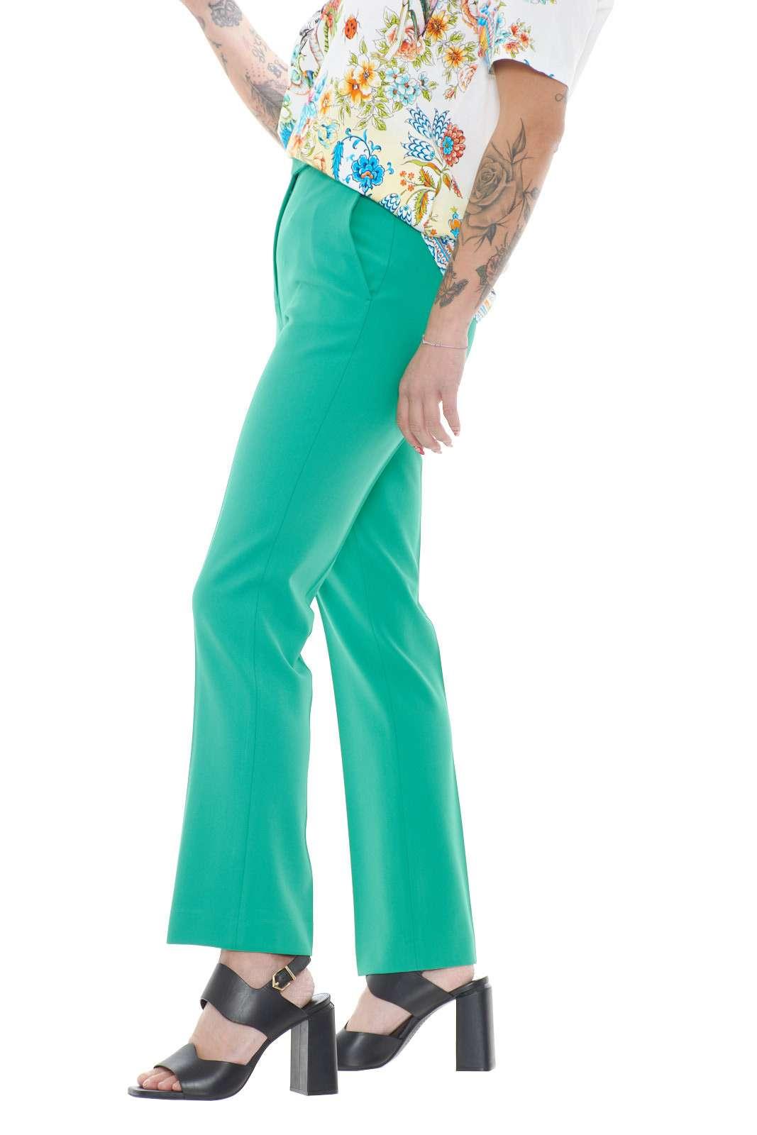 Un pantalone in crepe quello firmato dalla new collection Etro donna. Da indossare nelle occasioni più formali, è perfetto abbinato con un top e un tacco alto, per unire eleganza e stile.