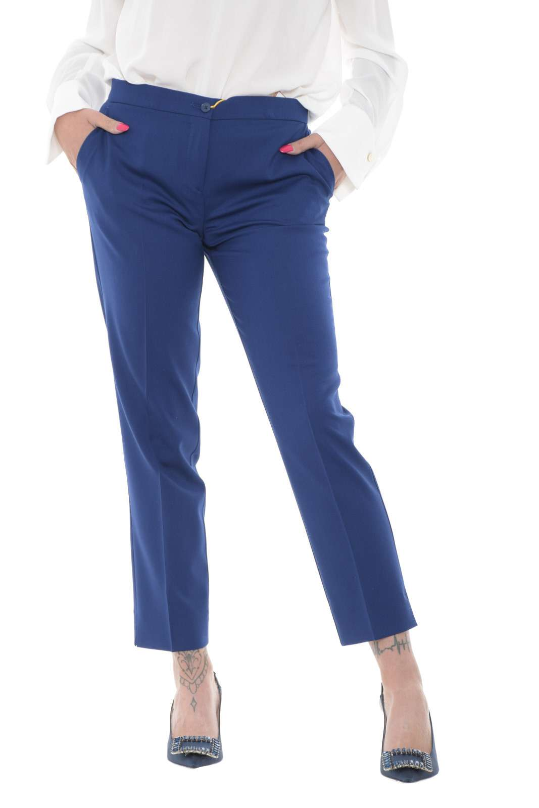 Elegante e impeccabile, questo pantalone Etro, per la donna che ama look impeccabili in ogni evenienza. L'ideale per completi spezzati, bluse e camicie, e magari un tacco a spillo, per completare outfit eleganti e fashion.