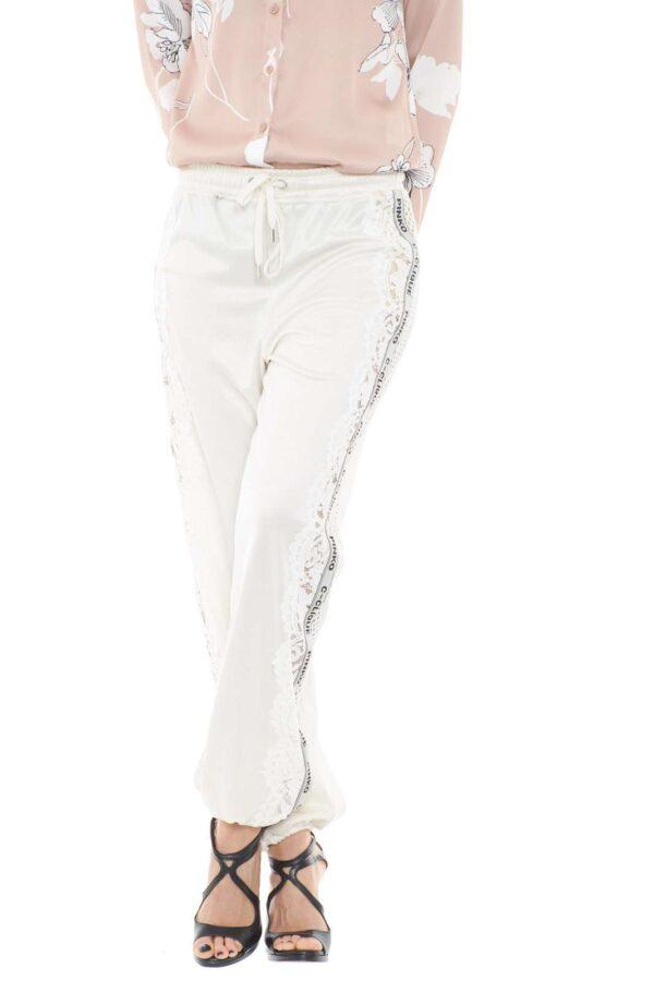 Un pantalone unico nel suo genere, il modello WEMBLEY 1 firmato Pinko. Impreziosito da pizzo e piping logato, che scendono lungo tutta la gamba, per uno stile davvero trendy. Da sfoggiare per le tue occasioni più mondane.